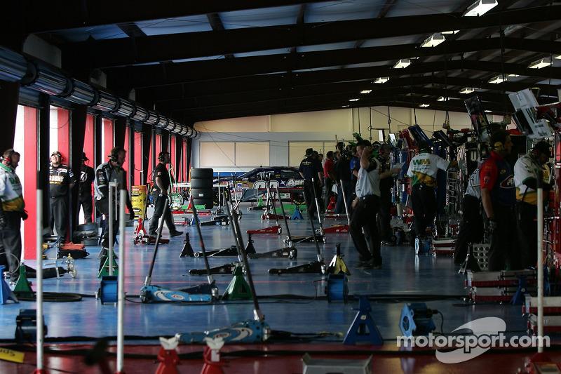 Garage vide pendant que les voitures tournent en piste