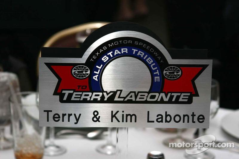 Indication au centre de la table de Terry Labonte
