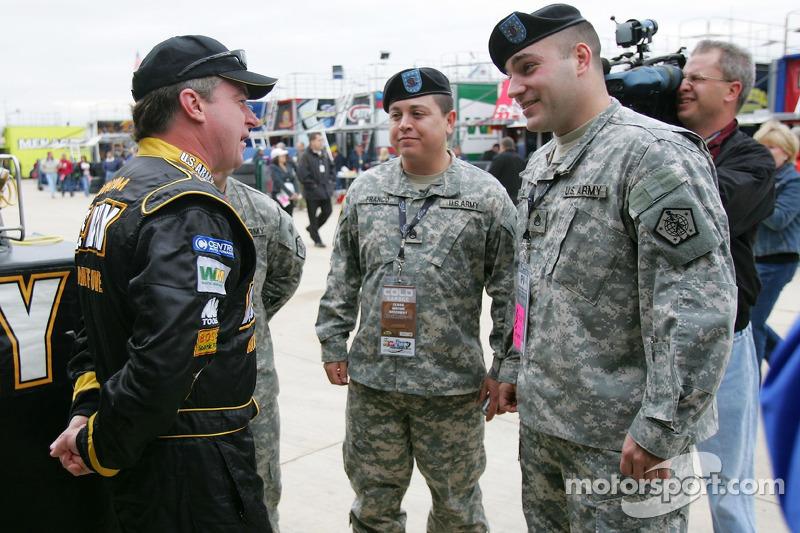 Joe Nemechek parle avec des membres de la US Army