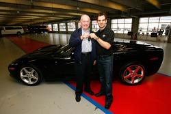 Benny Callis attend les clés de la Corvette de 2005 de Jeff Gordon de la part de sa femme Norma Callis,qui a gagné la voiture lors d'un tirage pour la Fondation Jeff Gordon