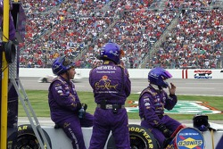 Jamie McMurray's crew relax during the race