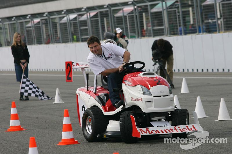 Journée des RP, Mountfield Cup on Tractors : Le présentateur TV Simon Hill