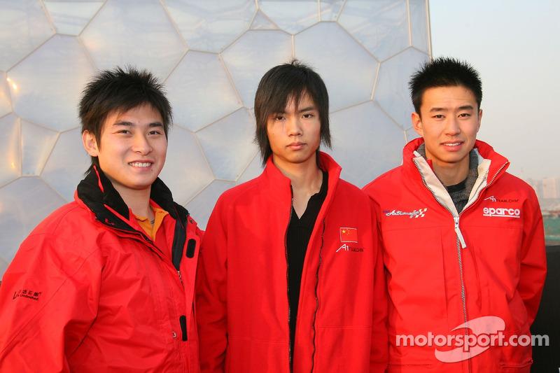 Tengyi Jiang avec MaQuing Hua et Cheng Cong Fu, pilotes du A1Team China, visitent la piscine olympique