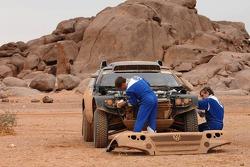 Carlos Sainz and Michel Périn clean up their car
