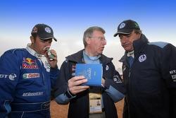 Giniel de Villiers, Volkswagen Motorsport engineer Jean-Claude Vaucard and Carlos Sainz