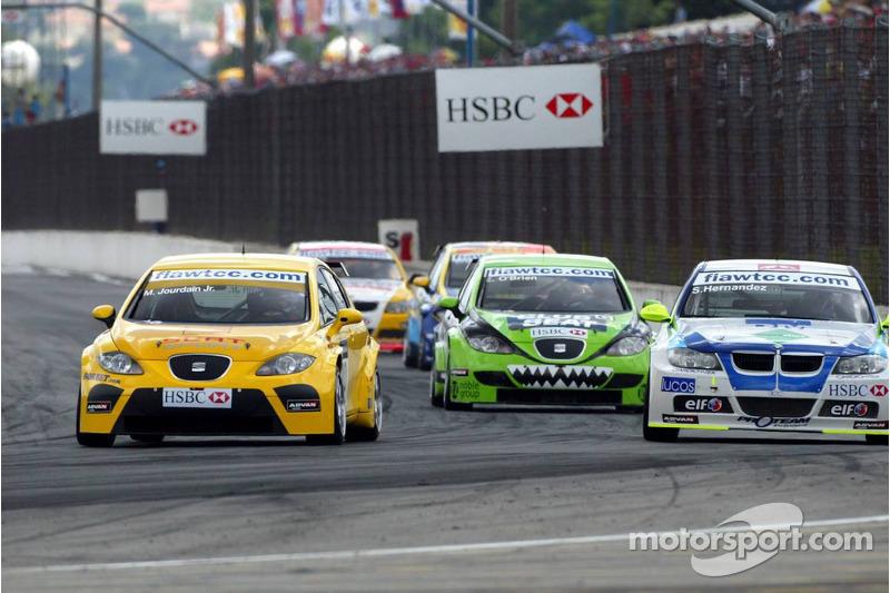 Sergio Hernandez, Proteam Motorsport, BMW 320si WTCC et Michel Jourdain, SEAT Sport, SEAT Leon