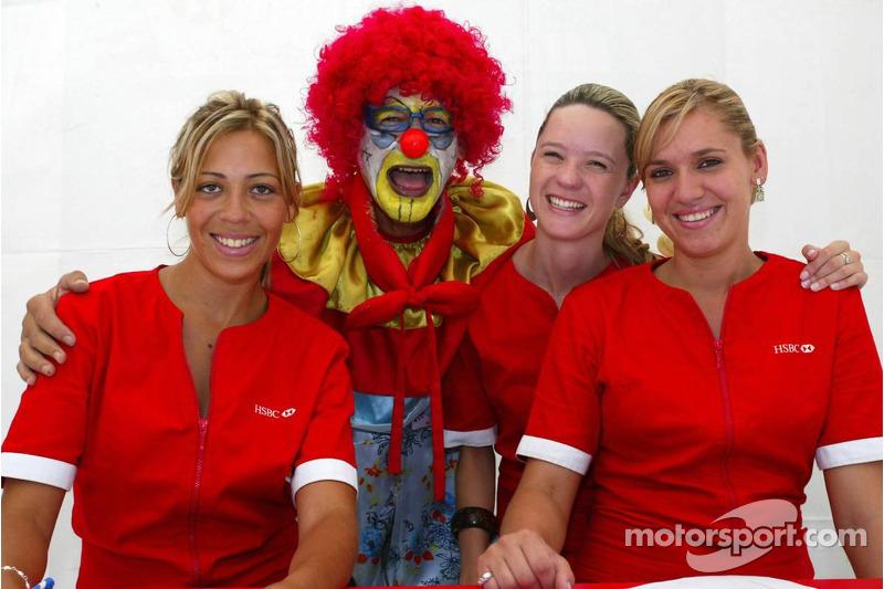 Un clown avec des jeunes femmes