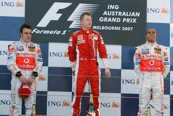 Podio: ganador Kimi Raikkonen, segundo lugar Fernando Alonso, tercer puesto, Lewis Hamilton