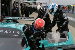Pitstop for #1 Vitaphone Racing Team Maserati MC 12 GT1: Mika Salo, Thomas Biagi