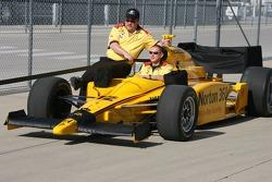 Membres d'équipe de la voiture du # 12 Symantec Luczo Dragon Racing du pilote Ryan Briscoe de retour à la zone de garage