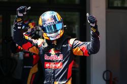 Carlos Sainz Jr., Scuderia Toro Rosso celebrates in qualifying parc ferme