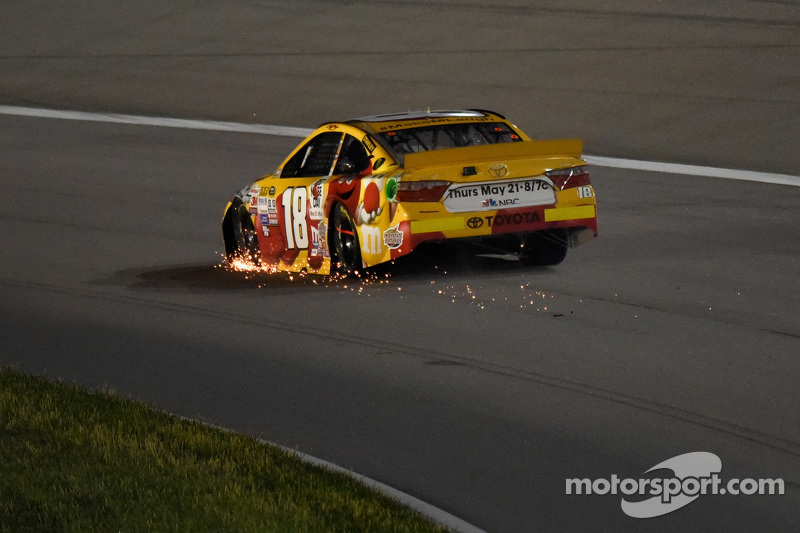 Erik Jones, Joe Gibbs Racing, Toyota, in Schwierigkeiten