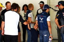 Felipe Massa, Williams, con su hijo, Felipinho Massa, y Fernando Alonso, McLaren, en el desfile de p