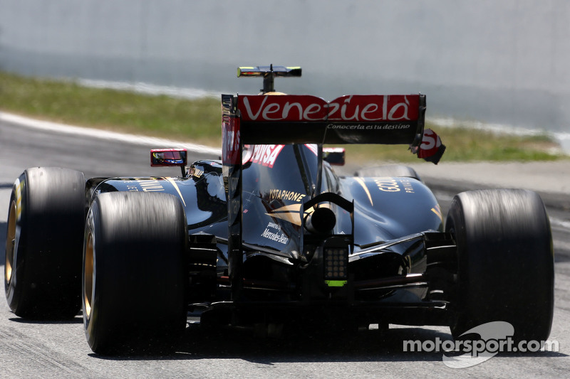 Pastor Maldonado, Lotus F1 Team having problem with his rear wing