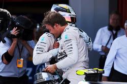 Победитель гонки - Нико Росберг, Mercedes AMG F1 празднует в закрытом парке со своим напарником, зан