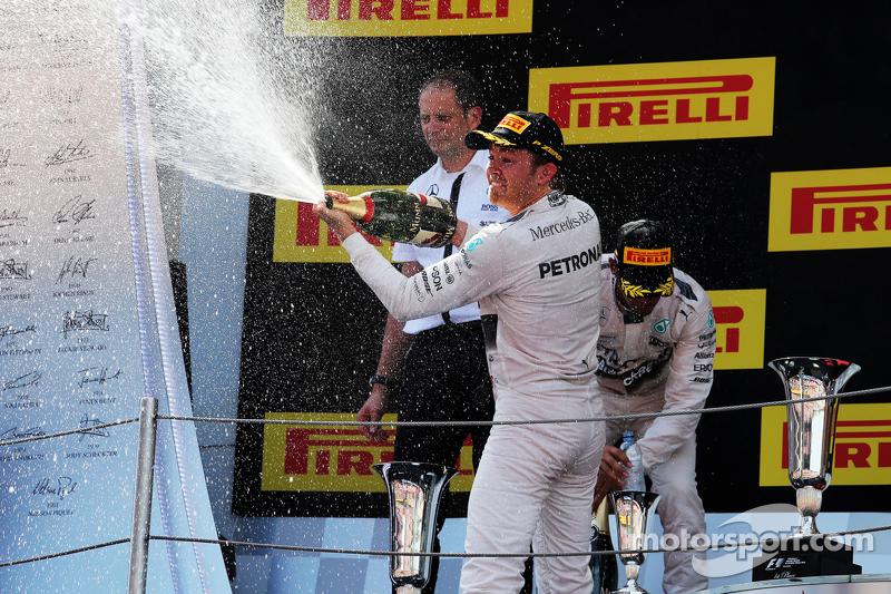 الفائز بالسباق، نيكو روزبرغ، مرسيدس إيه أم جي للفورمولا واحد، يحتفل بالشمبانيا على منصة التتويج