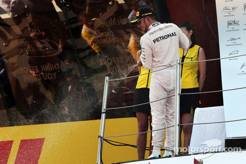 Lewis Hamilton, Mercedes AMG F1, feiert seinen zweiten Platz mit Champagner auf dem Podium