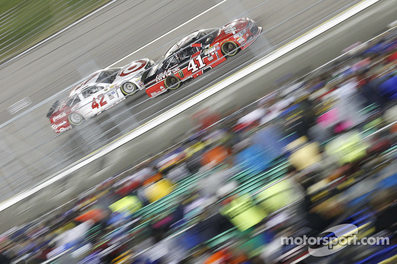 Kyle Larson, Ganassi Racing Chevrolet and Kurt Busch, Stewart-Haas Racing Chevrolet