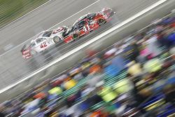 Kyle Larson, Ganassi Racing, Chevrolet, und Kurt Busch, Stewart-Haas Racing, Chevrolet