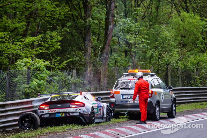 Die Folgen des Unfalls von #50 Aston Martin Test Centre, Aston Martin GT12: Chris Harris, Shinichi Katsura, Kazunori Yamauchi, Andreas Gülden