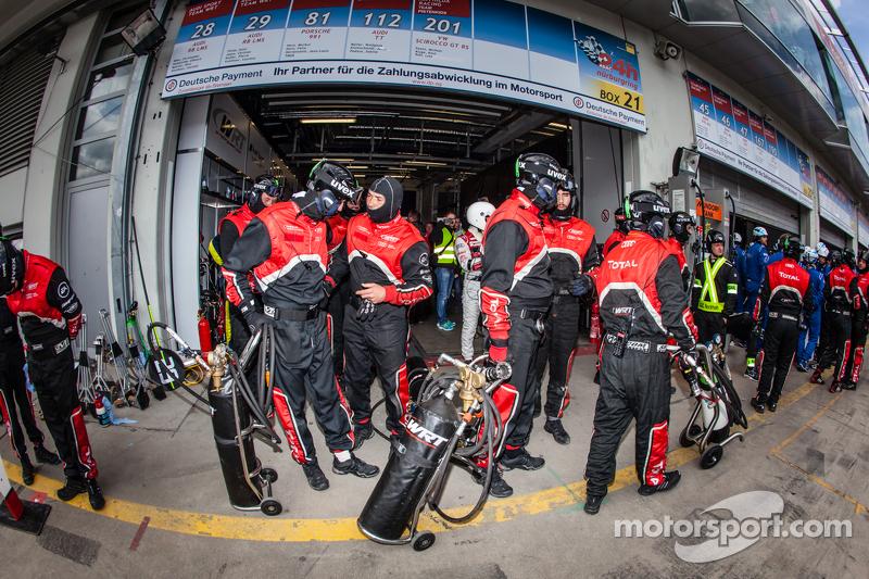 Audi Sport Team WRT, Teammitglieder sind bereit für den letzten Boxenstopp von #28 Audi Sport Team WRT, Audi R8 LMS