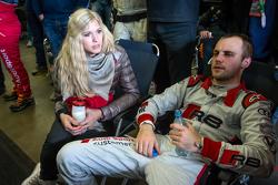 Laurens Vanthoor mit seiner Freundin Jacqueline, nach seinem letzten Stint