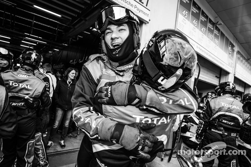 Les membres du Audi Sport Team WRT fêtent après le dernier arrêt aux stands de la #28 Audi Sport Team WRT Audi R8 LMS