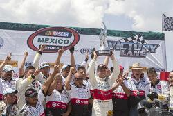 Ganador de la carrera: Rodrigo Peralta, Tame Racing con su equipo y el trofeo