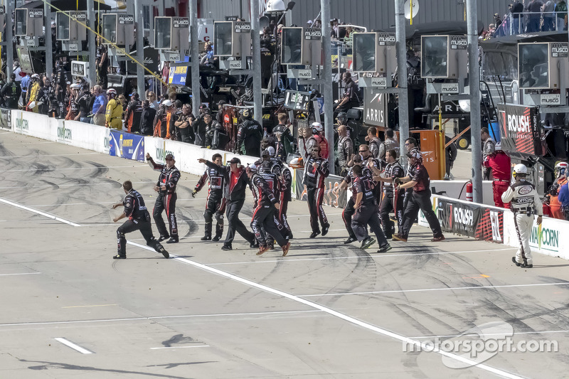 Die Crew von Roush Fenway Racing feiert den Sieg von Buescher