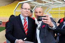 HSH el Príncipe Alberto de Mónaco en el partido de fútbol a beneficio