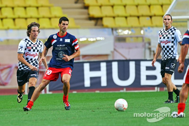 Roberto Merhi, Manor F1 Team, und Novak Djokovic, Tennisspieler, beim Fußballspiel für den guten Zweck