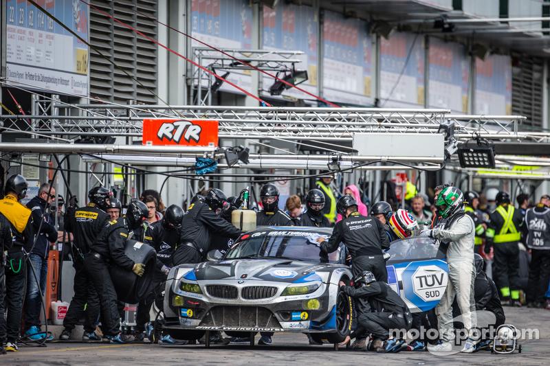Pit stop untuk #18 Walkenhorst Motorsport BMW Z4 GT3: Henry Walkenhorst, Ralf Oeverhaus, Christian Bollrath, Stefan Aust
