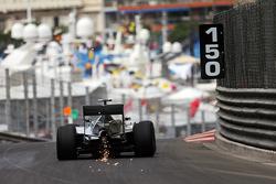 Nico Rosberg, Mercedes AMG F1 W06 tira faíscas do carro