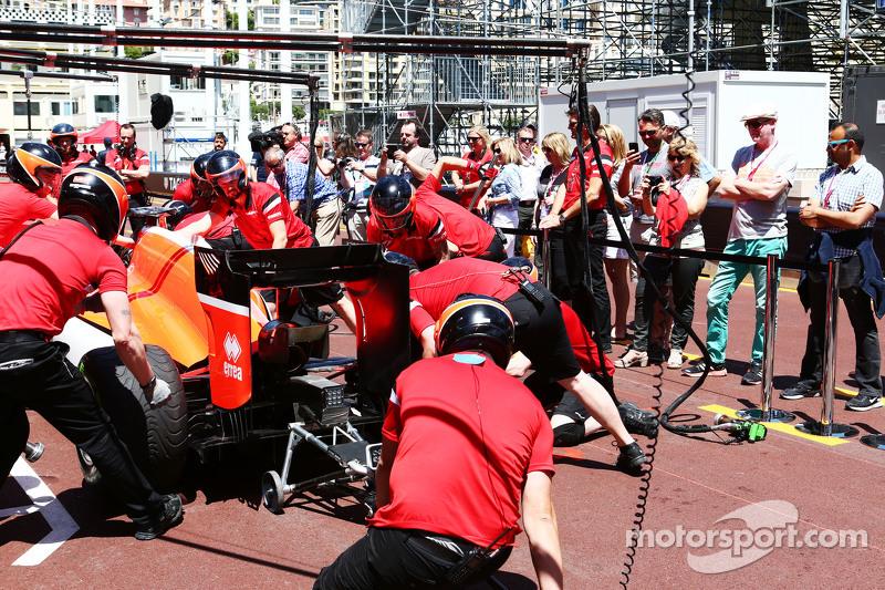 Manor F1 Team, beim Reifenwechsel-Training, beobachtet von TV-Reporter Chris Evans