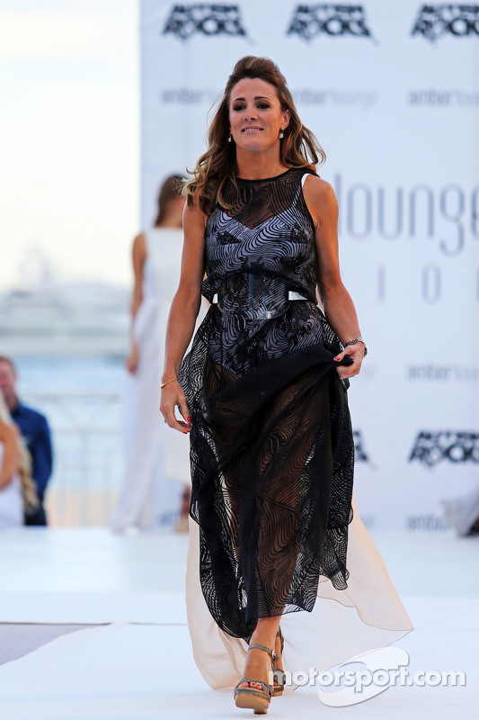Natalie Pinkham, Sky-Reporterin, bei der Modenschau Amber Lounge