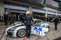 Boxenstopp für #178 Black Falcon, Porsche Cayman: Sören Spreng, Aurel Schoeller, Christian Raubach
