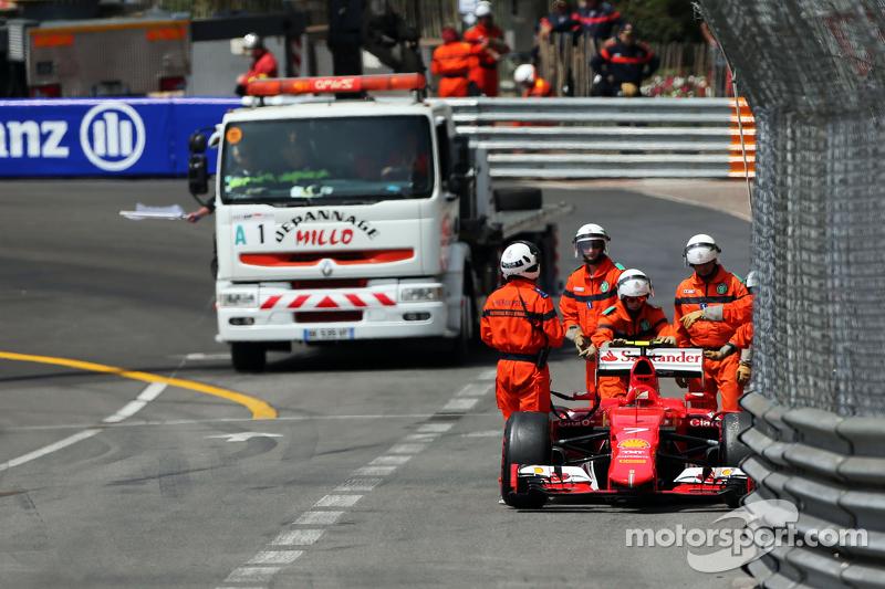 Kimi Raikkonen, Ferrari SF15-T crashed di third practice session