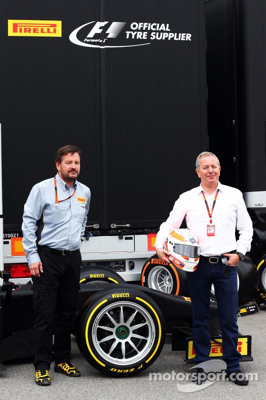 (Von links nach rechts): Pirelli-Sportchef Paul Hembery und Sky-Sports-Kommentator Martin Brundle mi