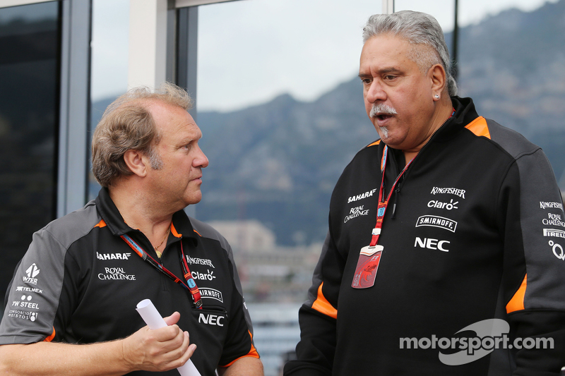 (Von links nach rechts): Robert Fernley, stellvertretender Teamchef Sahara Force India F1 Team, mit