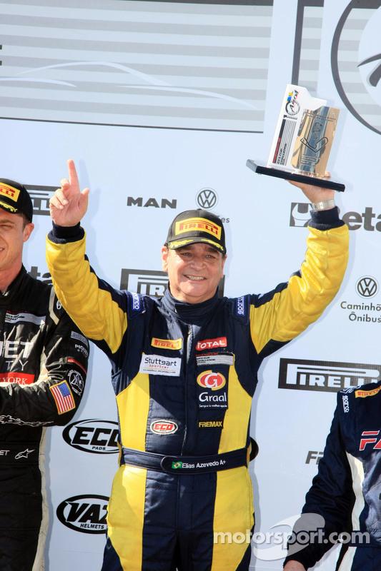 Elias Azevedo levanta o troféu da Porshe GT3 Challenge