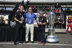 Ryan Hunter-Reay, Andretti Autosport Honda and Mario Andretti receive their Baby Borg trophy
