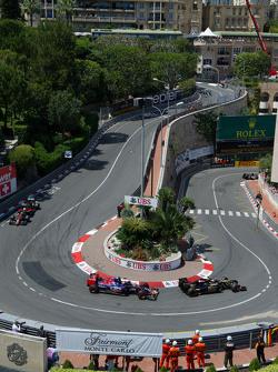 Pastor Maldonado, Lotus F1 E23, leidt Max Verstappen, Scuderia Toro Rosso STR10