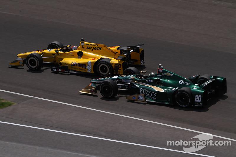 Oriol Servia, Rahal Letterman Lanigan Racing Honda, dan Ed Carpenter, CFH Racing Chevrolet crash