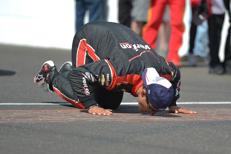 Juara balapan Juan Pablo Montoya, Team Penske Chevrolet merayakans