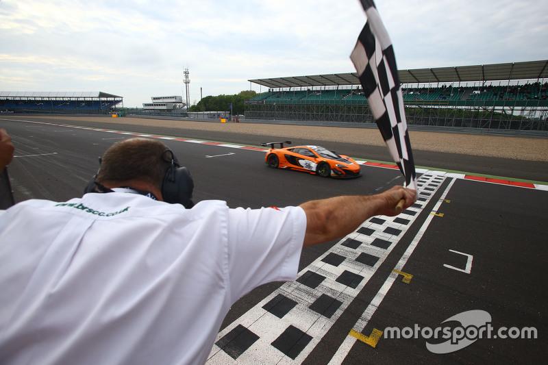 #58 Von Ryan Racing McLaren 650S: Shane van Gisbergen, Robert Bell, Kevin Estre meraih kemenangan