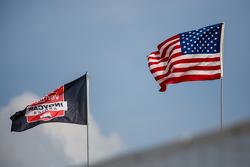 IndyCar-Flagge und USA-Flagge