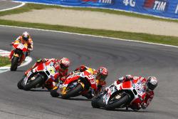 Andrea Dovizioso, Ducati Team y Marc Márquez, Repsol Honda Team y Andrea Iannone, Ducati Team con Da