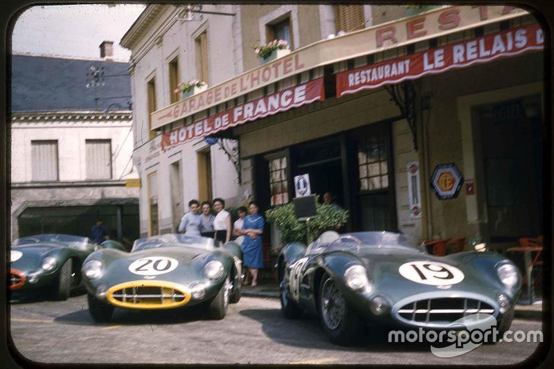 Aston Martin Racing am Hotel de France in Le Mans in den 1950er-Jahren