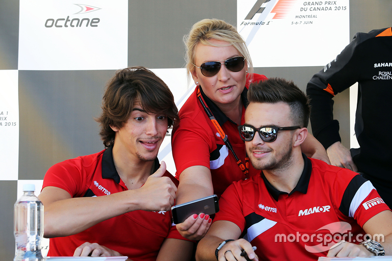 Roberto Merhi, Manor F1 Team, mit Tracy Novak, Manor F1 Team, Pressevertreter, und Will Stevens, Man
