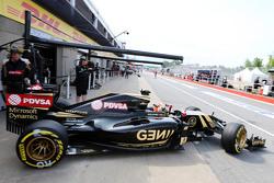 Romain Grosjean, Lotus F1 E23 leaves the pits